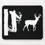 Bowhunter en ciervos del tiroteo de Treestand Tapetes De Ratón