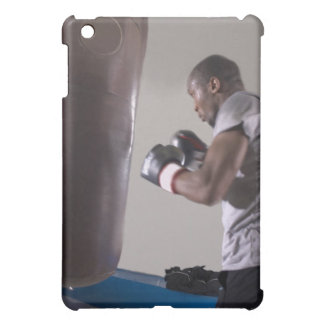 Boxeador que usa el saco de arena en gimnasio