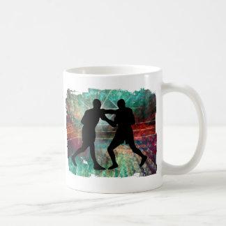 Boxeo duro y arenoso en el anillo taza