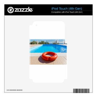 Boya de vida anaranjada en la piscina azul calcomanías para iPod touch 4G