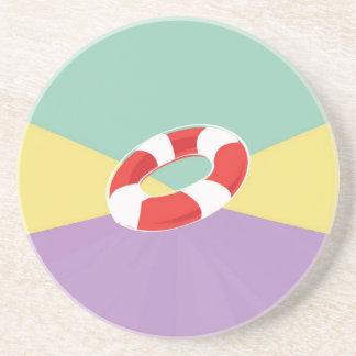 Boyas de la natación en tri fondo del color posavasos para bebidas