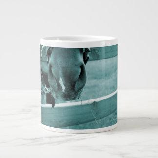 bozal del caballo con el azul de la cerca del heno taza de café grande