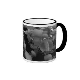 Brazaletes enredados en negro y blanco taza a dos colores