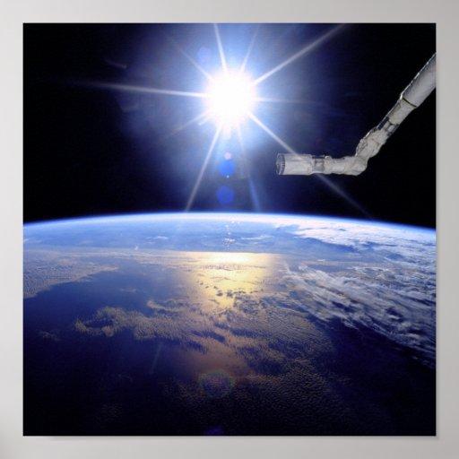 Brazo del robot sobre la tierra con resplandor sol poster