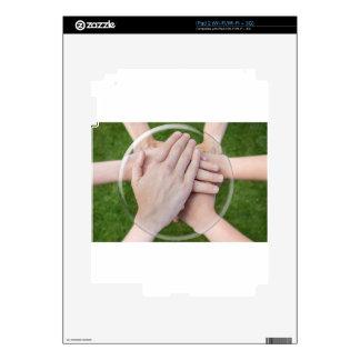 Brazos de manos que unen en la esfera de cristal calcomanías para iPad 2