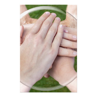 Brazos de manos que unen en la esfera de cristal papeleria personalizada