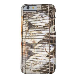 Bremas de mar en parrilla de la barbacoa funda de iPhone 6 barely there
