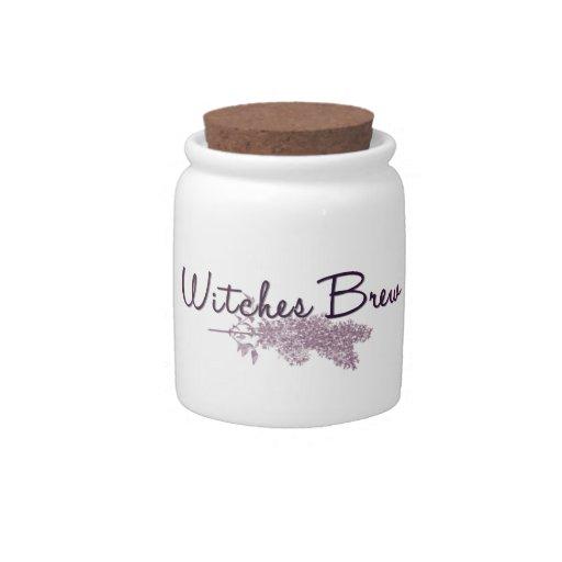 Brew de las brujas con las hierbas platos para caramelos