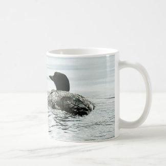 Bribón común en el agua taza