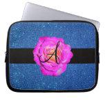 Brillo azul subió rosas fuertes del monograma fundas computadoras