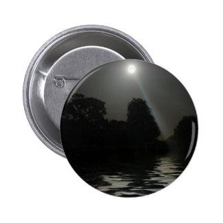 Brillo de la Luna Llena por encima de la superfici Pins