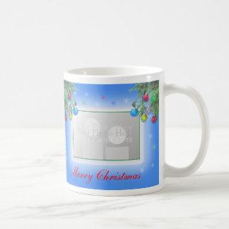 Brillo del árbol de navidad en el marco azul taza clásica