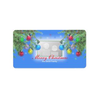 Brillo del árbol de navidad en la foto azul etiquetas de dirección