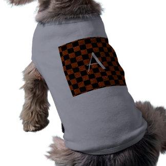 Brillo del naranja y del negro del monograma a cua camiseta de perro