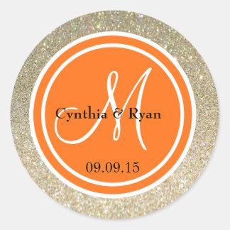 Brillo del oro y monograma del boda del naranja pegatina redonda