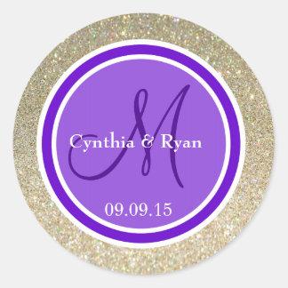 Brillo del oro y monograma púrpura del boda pegatina redonda