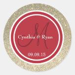 Brillo del oro y monograma rojo del boda pegatina redonda