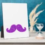 Brillo púrpura del bigote retro femenino de la div placa para mostrar
