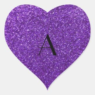 Brillo púrpura del monograma pegatina en forma de corazón