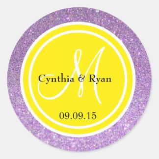 Brillo púrpura y monograma amarillo del boda pegatina