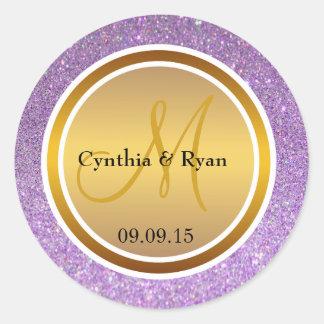 Brillo púrpura y monograma metálico del boda del pegatina redonda