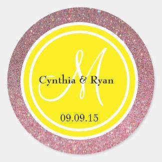 Brillo rosado y monograma amarillo del boda pegatinas redondas