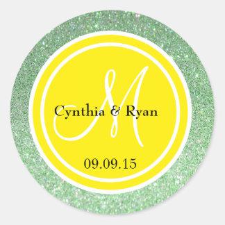 Brillo verde y monograma amarillo del boda etiquetas