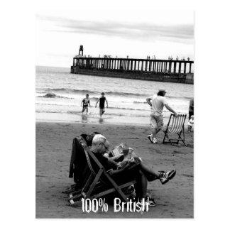 Británicos chistosos en la playa en monocromo postales