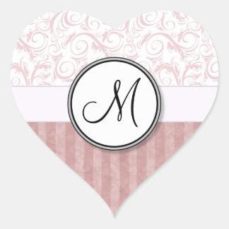 Briznas y rayas florales rosadas con el monograma pegatina en forma de corazón