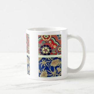 Brocado chino con el fondo rojo tazas de café