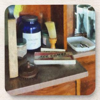 Brocha de afeitar y caja de peines posavaso