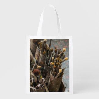 Brochas del artista en latas oxidadas viejas bolsas para la compra
