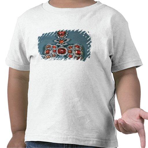 Broche del arco fijada con brillante camiseta