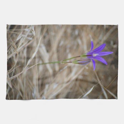 Brodiaea salvaje púrpura de FlowerElegant Toalla De Mano