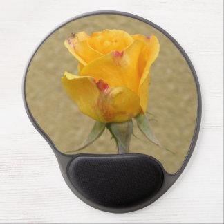 Brote del rosa amarillo con la pequeña araña alfombrilla gel