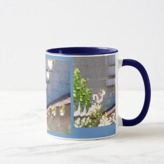 Brotes blancos en el café del azul 2 y la taza del