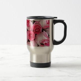 Brotes color de rosa rosados taza de viaje
