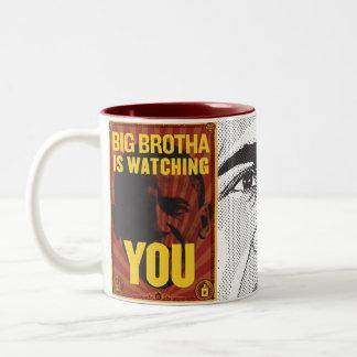 Brotha grande le está mirando asaltar taza de café