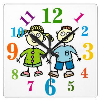 Brother adorable y niños de la hermana que dibujan reloj