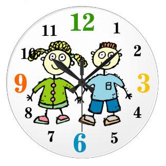 Brother adorable y niños de la hermana que dibujan reloj redondo grande