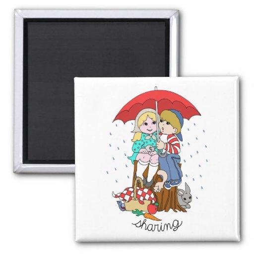 Brother y hermana que comparten el paraguas en llu imán para frigorífico
