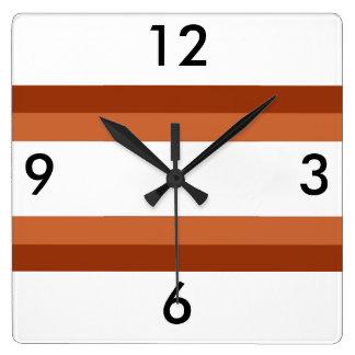 Brown alinea el reloj de pared