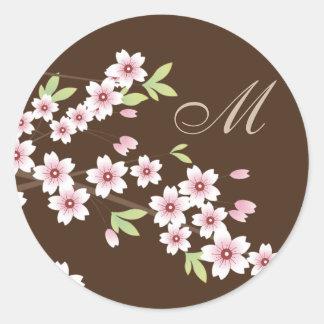 Brown con los sellos rosados del sobre de la flor etiqueta redonda