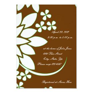 Brown e invitación nupcial floral blanca de la