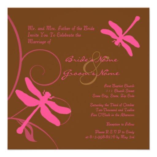 Brown e invitación rosada del boda de la libélula