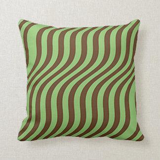 Brown ondulado y rayas verdes de la diapositiva cojín decorativo