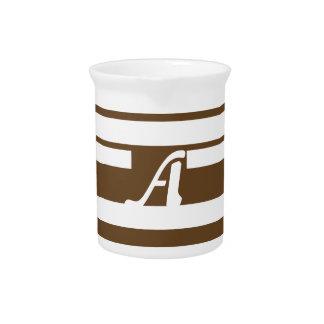 Brown oscuro y monograma al azar blanco de las jarra para bebida
