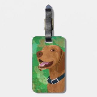 Brown sonriente Vizsla en fondo verde Etiqueta De Equipaje