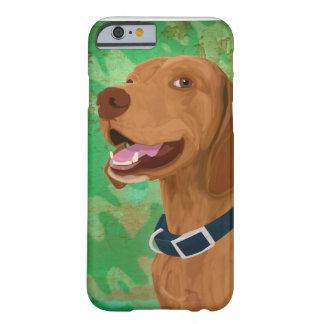 Brown sonriente Vizsla en fondo verde Funda De iPhone 6 Barely There