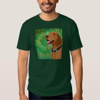 Brown sonriente Vizsla en fondo verde Remera